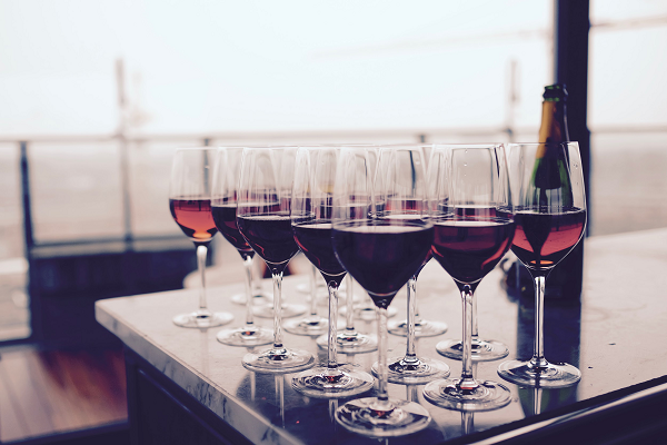 A picture denoting the amount of wine to be poured in each glass.